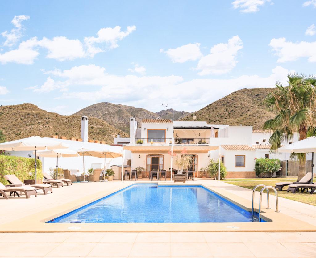 Der malerische Pool gehört zur traumhaften Anlage des Adult-Only BnB Cortijo El Sarmiento